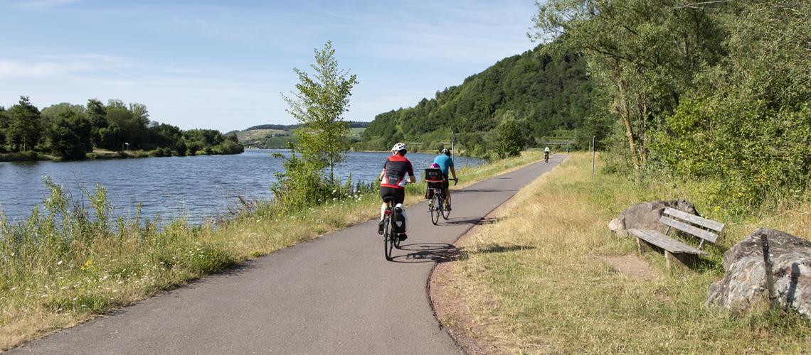 Fahrradfahrende Familie an der Saar-Radweg