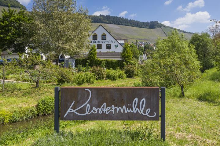 Weinhotel Klostermühle Hotelansicht mit Schild